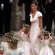 La joven iba espectacular en un vestido blanco que resaltaba su figura