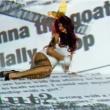 La cantante aparece en escenas de alto contenido erótico